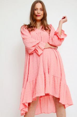 Robe midi rose corail avec ourlet asymétrique et manches ballon