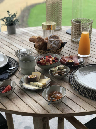 Le petit déjeuner servi en terrasse