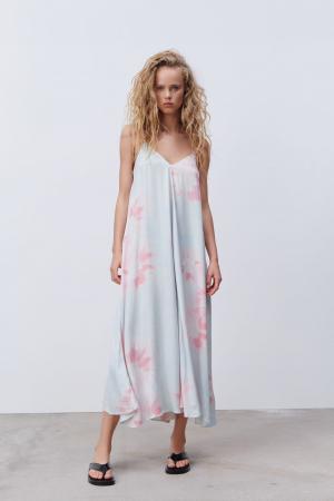 Une robe délicate en tie-dye