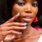 Babyblauwe nagels met roze stip bij Jeremy Scott