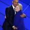 Une étreinte bleue entre Obama et Clinton