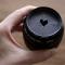 Snij een hartje uit karton en plaats dat op je lens. Zo krijgt je achtergrond een hartvormige waas.