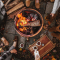 Manger des guimauves autour d'un feu de camps