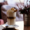 Frozen frappuccino = 3/4 shot espresso, melk, ijs, suiker, chocoladesiroop, slagroom en karamelstroop