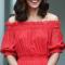 In een rode maxi-jurk van Alexander McQueen met oorbellen van Simone Rocha