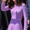 In een lavendelkleurige jurk vanEmilia Wickstead met rode clutch van Anya Hindmarch en oorbellen van Kiki McDonough