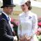 In een witte kanten jurk van Alexander McQueen met clutch vanLoeffler Randall en oorbellen in bruikleen van koningin Elizabeth II (de ontwerper van de hoed is niet bekend)
