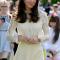 In een witte jurk van See By Chloé metoorbellen van Kiki McDonough