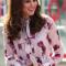 In een lilakleurige jurk met bloemenpatroon van Kate Spade met clutch van L.K.Bennett