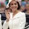 In een crèmekleurige jurk van Alexander McQueen met hoed vanPhilip Treacy, halsketting vanMappin & Webb en oorbellen in bruikleen van koningin Elizabeth II