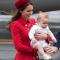 In een rode jurk vanCatherine Walker met hoed van Gina Foster en oorbellen van Monica Vinader