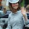 In een ijsblauwe jurk van Erdem met hoed van Jane Corbett en clutch vanAlexander McQueen