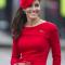 In een rode jurk vanAlexander McQueen met hoed vanSylvia Fletcher en oorbellen vanKiki McDonough