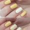 Pastelgele nagels met stipjes en streepjes
