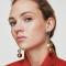 Goudkleurige oorbellen met metalen hangers