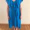 Outfit 6: felblauwe jurk met asymmetrische zoom en rozesatijnenslingbacks