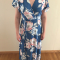 Outfit 7: blauwe jurk met roze bloemenprint enrozesatijnenslingbacks