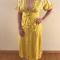 Outfit 1: gele kimonojurk met matching pumps