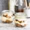 Trifle met peperkoek, rum, rozijnen en banketbakkersroom