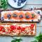 Koekjestaart met mascarpone, aardbei, besjes en vlierbloesem