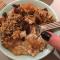 Rozijntjes, appelcompote, granola, honing en natuurlijk havermout.