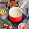 Klassieke kaasfondue met rozemarijn-broodspiesjes, vijgen & peer