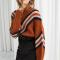 Roestkleurige trui met witte en zwarte details