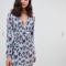Lichtblauwe mini-jurk met V-hals en lange mouwen