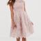 Poederroze jurk in kant met kapmouwen