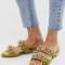 Groene sandalen met goudkleurige kettingen bezet met stenen