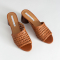 Cognackleurige sandalen uit geweven leer