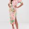Roze jurk in satijn met pofmouwen en tropische print
