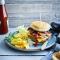 Klassieke hamcheeseburger met cheesepotato-wedges