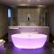La chambre, avec sa salle de bain et sa sublime baignoire colorée