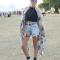 Gescheurde jeansshort + cropped top + sjaal