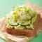 Boterham met komkommer en avocado