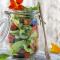 Gerookte zalm met avocado in een bokaal
