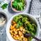 Salade van boerenkool met kikkererwten, zoete aardappel, quinoa en tahini (30 min.)
