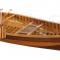 De houten kano die in de woonkamer stond bij Chandler en Joey.