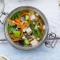 Veganistische noedelsoep met tofoe, shiitake en wortel