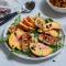 Salade van halloumi en nectarine met pijnboompitten