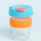 Glazen koffiebeker met blauwe en oranje details