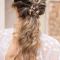 Lage, ingevlochten paardenstaart voor krullend haar met haarklem