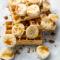 Wafels met banaan, karamel en kokosschilfers