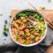 Vegan ramen met tofu, groenten en sojasaus
