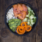 Sushi bowl met zalm en avocado