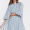 Babyblauwe mini-jurk met korte pofmouwen en zwarte polkadots