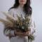 On choisi des fleurs séchées pour la durabilité comme l'herbe de pampa
