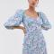 Lichtblauwe mini-jurk met bloemenprint en pofmouwen