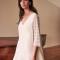 Korte jurk met V-hals en kanten mouwen